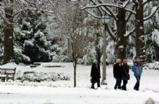 students walk snow 3 2005.jpg