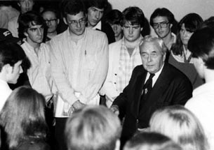 Harold Wilson w Students 1.jpg